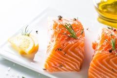 Poissons frais Filet saumoné sur le blanc Images stock