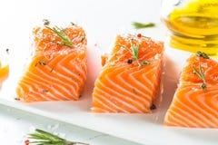 Poissons frais Filet saumoné sur le blanc Photo libre de droits
