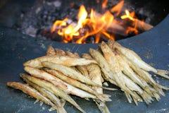 Poissons frits étant faits cuire avec le feu photo stock