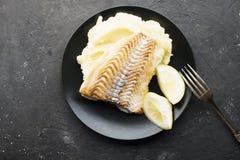 Poissons frits avec de la purée de pommes de terre Photographie stock