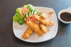 poissons frits avec de la sauce à tonkatsu images libres de droits