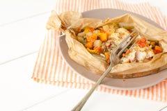 Poissons frits avec des légumes en parchemin Photographie stock