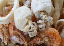 Poissons frits avec la crevette et les seiches images stock