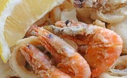 Poissons frits avec la grande crevette trois au restaurant à emporter image stock