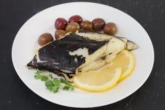 Poissons frits avec les olives et le citron Image libre de droits