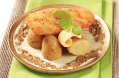 Poissons frits avec neuf, pommes de terre Images stock