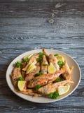 Poissons frits d'une plaque Poissons diététiques de surmullet photo libre de droits