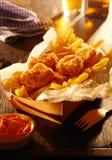 Poissons frits dans la pâte lisse croustillante avec des pommes frites Images libres de droits