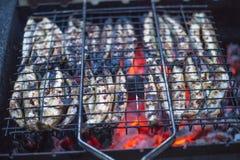 Poissons frits en charbons grillés photos libres de droits