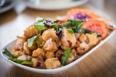Poissons frits et bergamote croquante et piment frit Plat principal thaïlandais Images stock