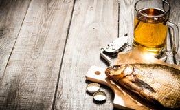 Poissons fumés et bière fraîche sur la table en bois Photos libres de droits