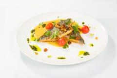 Poissons grillés avec la tomate et la salade mixte Photographie stock