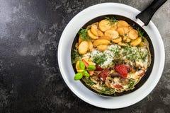 Poissons grill?s avec les pommes de terre frites, plat de portion de restaurant photographie stock