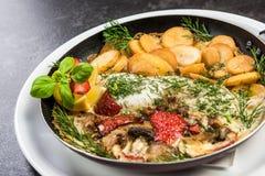Poissons grill?s avec les pommes de terre frites, plat de portion de restaurant image libre de droits