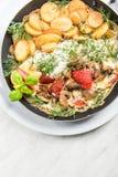 Poissons grill?s avec les pommes de terre frites, plat de portion de restaurant image stock