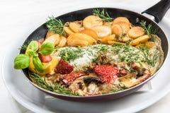 Poissons grill?s avec les pommes de terre frites, plat de portion de restaurant photos libres de droits