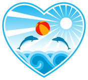 Poissons jouant avec la bille de plage au coeur Images libres de droits