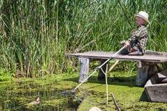 Poissons pêchés par garçon sur l'amorce Photo stock
