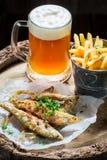 Poissons rôtis délicieux d'éperlan avec de la bière froide Photo stock