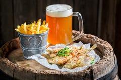 Poissons rôtis savoureux d'éperlan avec de la bière froide Photos libres de droits