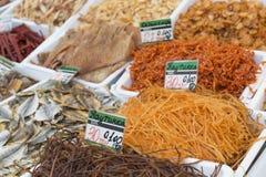 Poissons salés secs à un marché d'agriculteurs Les prix à payer sur chaque RP Photos stock