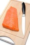 Poissons saumonés crus frais sur le panneau en bois Photographie stock libre de droits