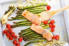 Poissons saumonés et aspargus, tomates-cerises et fenouil verts Image libre de droits