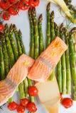 Poissons saumonés et aspargus, tomates-cerises et fenouil verts Photo stock