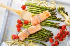 Poissons saumonés et aspargus, tomates-cerises et fenouil verts Photographie stock