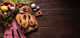Poissons saumonés grillés avec l'assaisonnement et divers légumes photographie stock libre de droits