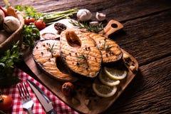Poissons saumonés grillés avec l'assaisonnement et divers légumes photographie stock