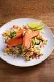 Poissons saumonés rôtis avec le couscous, la courgette et la chaux de tomate du plat blanc photo stock