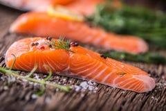 Poissons saumonés Romarin saumoné cru de citron d'aneth de sel de poivre de filet sur la table en bois Image stock