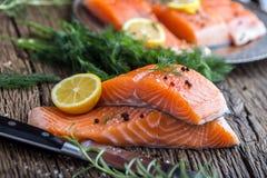 Poissons saumonés Romarin saumoné cru de citron d'aneth de sel de poivre de filet sur la table en bois Photographie stock
