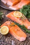 Poissons saumonés Romarin saumoné cru de citron d'aneth de sel de poivre de filet sur la table en bois Images stock