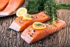 Poissons saumonés Romarin saumoné cru de citron d'aneth de sel de poivre de filet sur la table en bois Photographie stock libre de droits