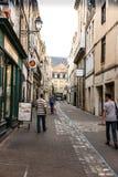 Poitiers Frankrike - September 12, 2016: Gränd i den gamla staden av Arkivbilder