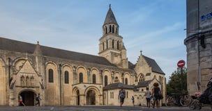 Poitiers Frankrike - September 12, 2016: Mycket gammal kyrklig Notre fördämning Fotografering för Bildbyråer
