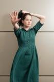 poiting她的手的年轻自然女性模型对照相机 库存图片