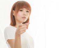 Poiting finger för asiatisk kvinna Arkivbild