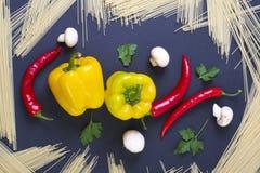 Poivre amer avec le poivre jaune sur un fond noir Pâtes avec le poivron rouge amer et le poivre jaune Esprit de poivrons jaunes e Photographie stock libre de droits