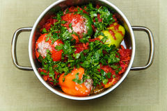 Poivre bourré cru avec des verts dans la casserole Vue supérieure Image stock