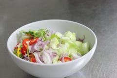 Poivre, concombre, oignon rouge, coupé en tranches Images stock