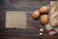 Poivre d'ail de pain sur la table photos stock