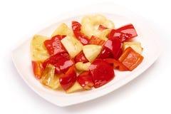 Poivre de Fried Bulgarian d'un plat blanc sur le fond blanc Photographie stock