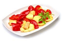Poivre de Fried Bulgarian d'un plat blanc sur le fond blanc Photographie stock libre de droits