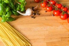 Poivre de Jamaïque et pâtes d'ail de basilic de tomates sur la table en bois Photo libre de droits