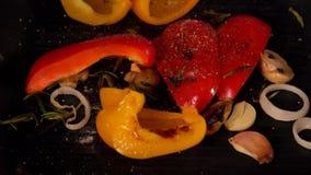 Poivre de meulage de chef sur des légumes de torréfaction clips vidéos