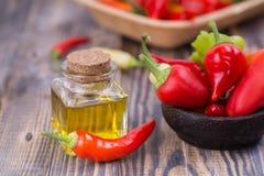 Poivre de piment avec de l'huile de poivre photo stock