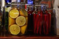 Poivre de piment d'un rouge ardent conserv? image libre de droits